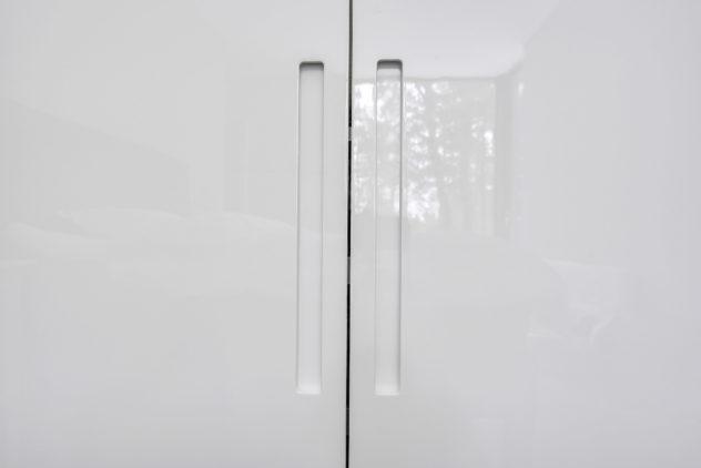 Valkoiset korkeakiilto ovet GR1 vetimellä, PAX vaatekaapi.