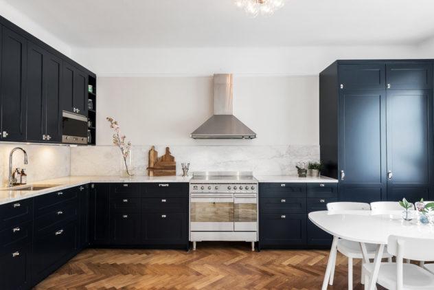 Keittiön ovet Shaker P1, kivitaso aito italialainen Carrara marmori.