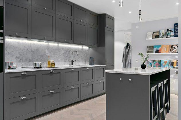 Shaker P1 kehykselliset ovet. Väri: NCS S 6500 N. Kivitaso: Carrara marmor.